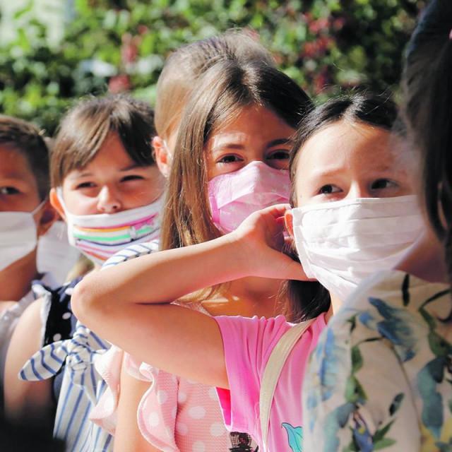 Prvaši ulaze u školu s maskama na licu