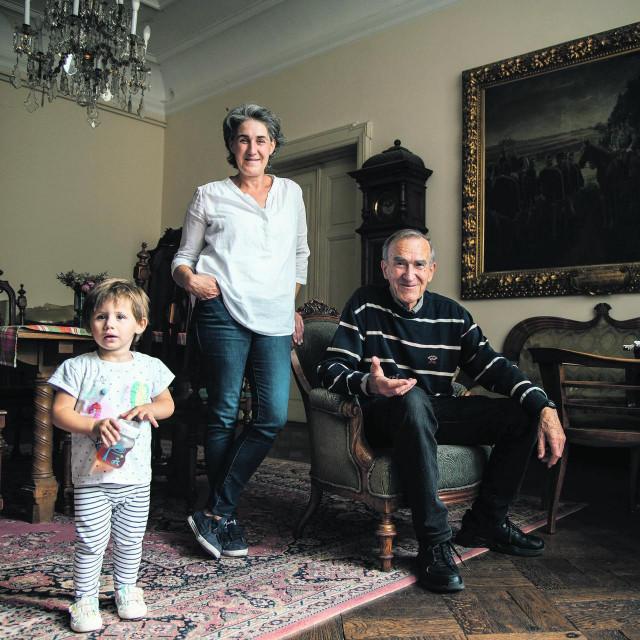 Jedan od vlasnika vile, nekadašnji fotograf Saša Novković, njegova kći Ines i unučica Eva, predstavnici pete, šeste i sedme generacije