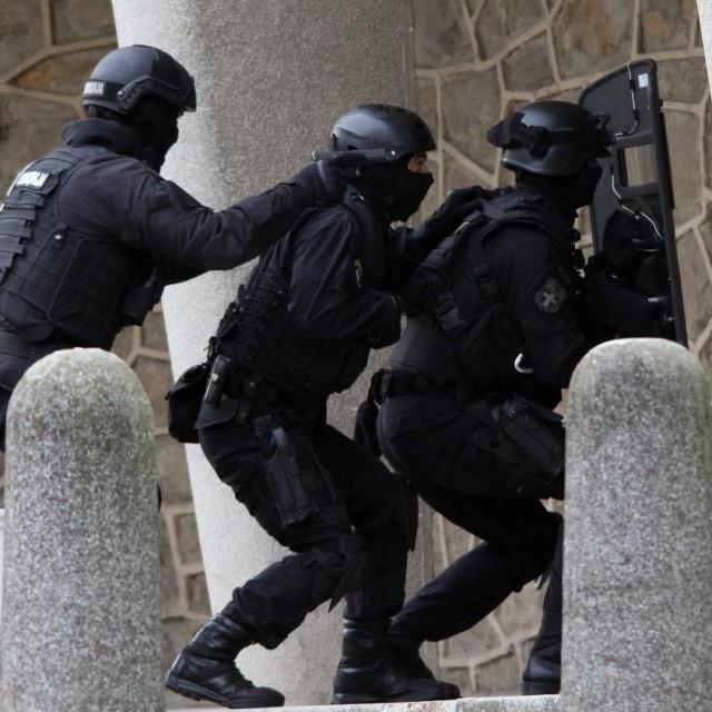 Antiteroristička jedinica, Ilustracija
