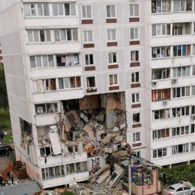 Pogled na oštećenu stambenu zgradu nakon eksplozije plina u gradu Noginsk, Moskovska regija