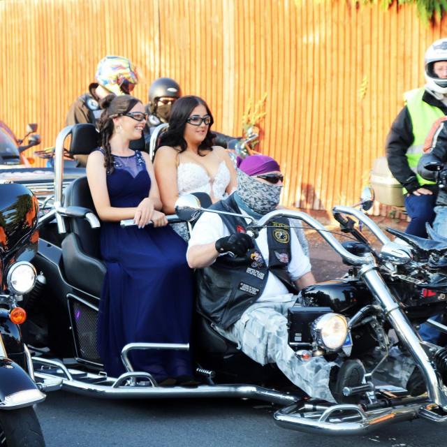 Djevojku su na ples otpratili motociklisti