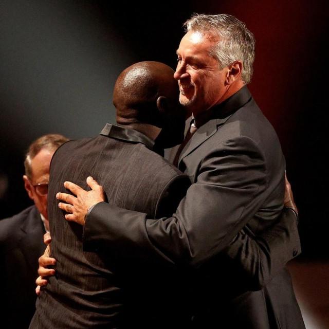 Toni Kukoč u zagrljaju Michaela Jordana