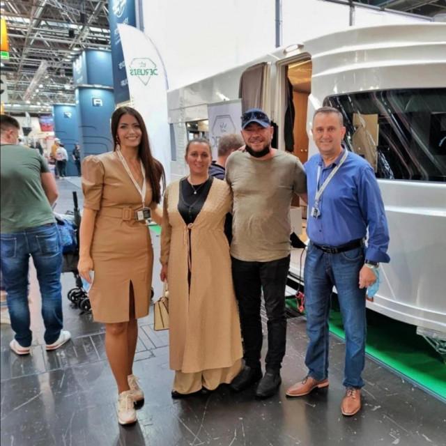 Lejla i Denis (desno) s posjetiteljima uz svoju 'svemirsku' kamp prikolicu na Caravan Salonu u Düsseldorfu