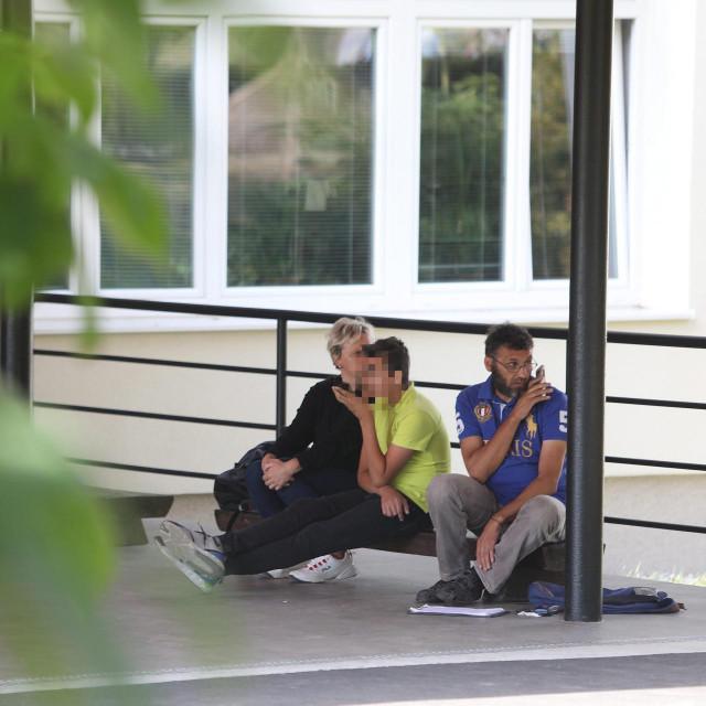Majka i otac Kristija sjede sa sinom N. pred ulazom u osnovnu školu u Krapinskim Toplicama