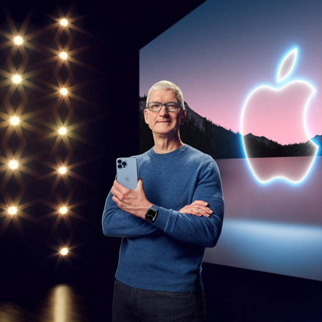 Tim Cook s iPhoneom 13 Pro Max i Apple Watch Series 7