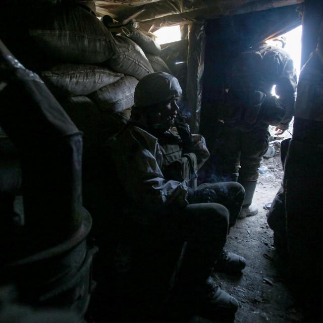 Ukrajinski vojnici u rovovima govore o pucnjavi kojoj nema kraja