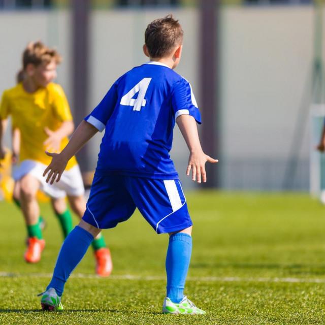 Ilustracija, dječaci igraju nogomet