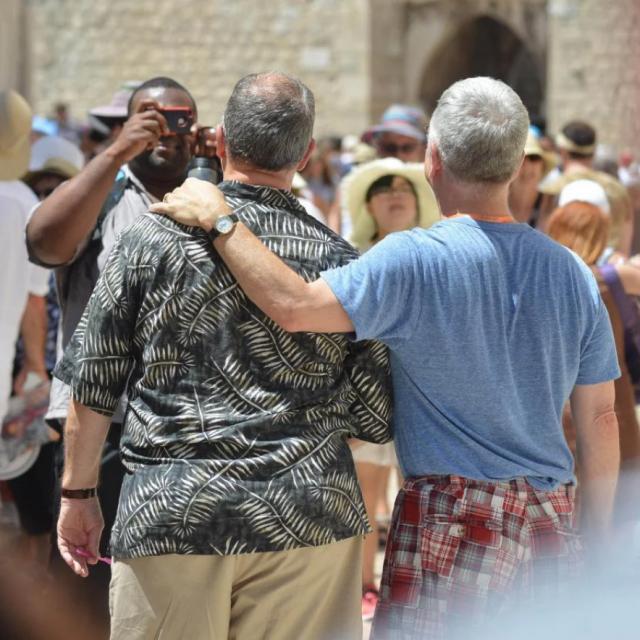 Putnici gay orijentacije iz cijelog svijeta nakon iskrcavanja s kruzera 'Celebrity Constellation' 2017. prošetali su Stradunom
