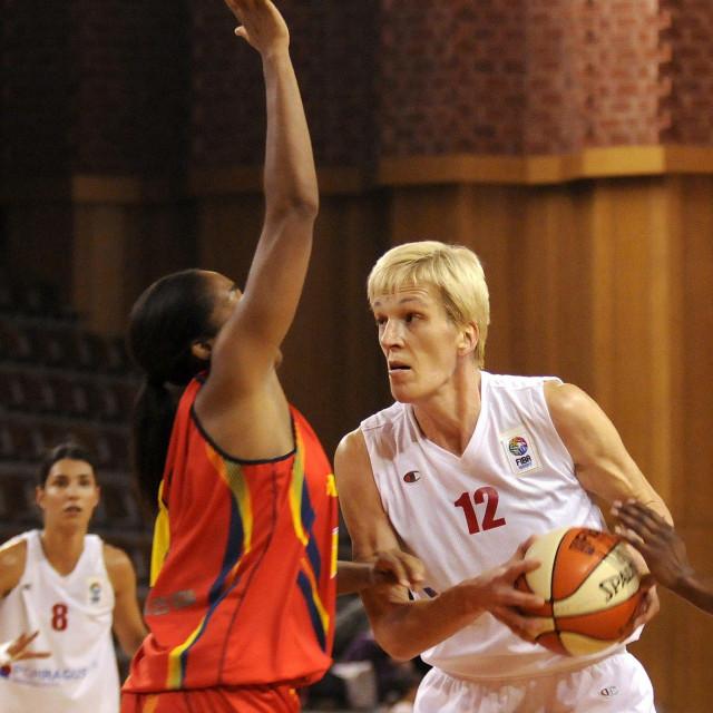 Razija Mujanović (s loptom)