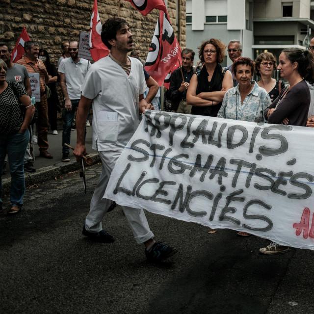 "Članovi medicinskog osoblja drže transparent s natpisom ""<br /> Jučer pljesak, danas stigmatiziran"""