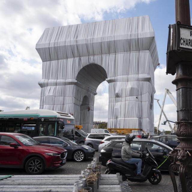 Slavoluk pobjede u Parizu omotan u tkaninu