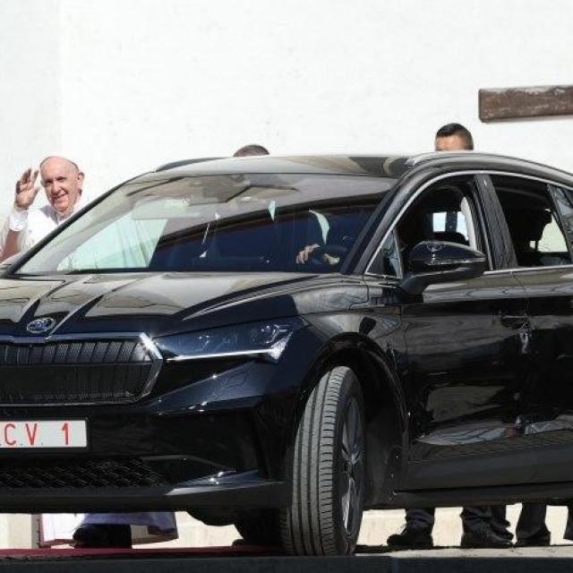 Papa Franjo putovao u Škodi Enyaq iV