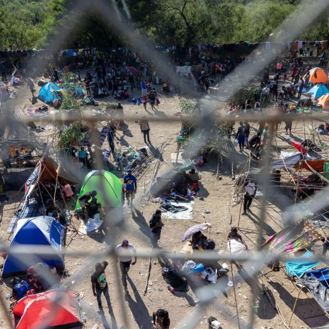Improvizirani kamp ispod Međunarodnog mosta između Del Rija u američkoj saveznoj državi Teksas i Acuńe u Meksiku