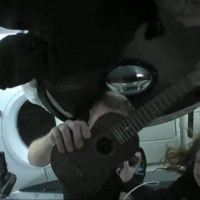 Jared Isaacman, Chris Sembroski (drži ukulele), Hayley Arceneaux i Sian Proctor