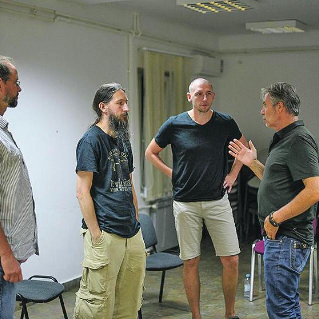 Manking, grupa muškaraca koji se nalaze i pričaju o osjećajima