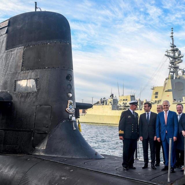 Emmanuel Macron snimljen u svibnju 2018. u društvu bivšeg australskog premijera Malcolma Turnbulla na konvencionalnoj podmornici koja je trebala biti zamijenjena nuklearnom sagrađenom u Francuskoj