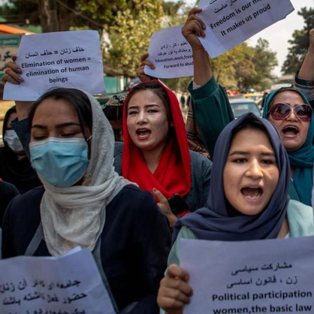 Prosvjed Afganistanki u Kabulu; u pravokutniku: talibani na pedalinama u nacionalnom parku