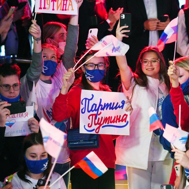Članovi političke stranke Jedinstvena Rusija navijaju nakon parlamentarnih izbora