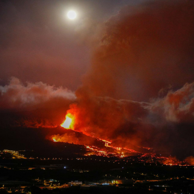 Lava teče iz vulkana