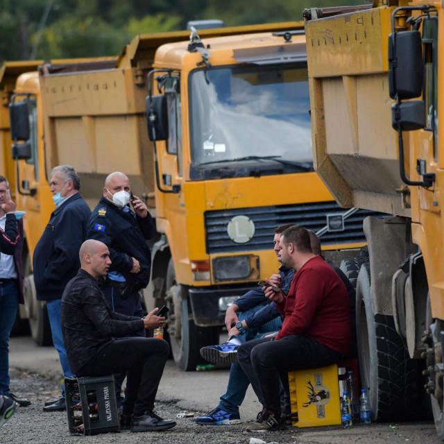 Vozači kamiona sjede u blizini graničnog prijelaza Jarinje