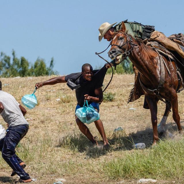 Policajac na konju tjera migrante