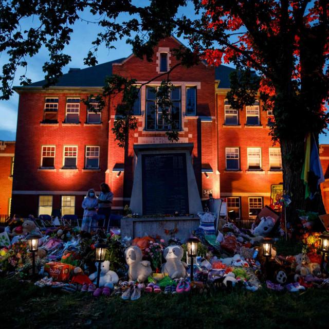 Odavanje počasti 215 ubijene djece u Kanadi