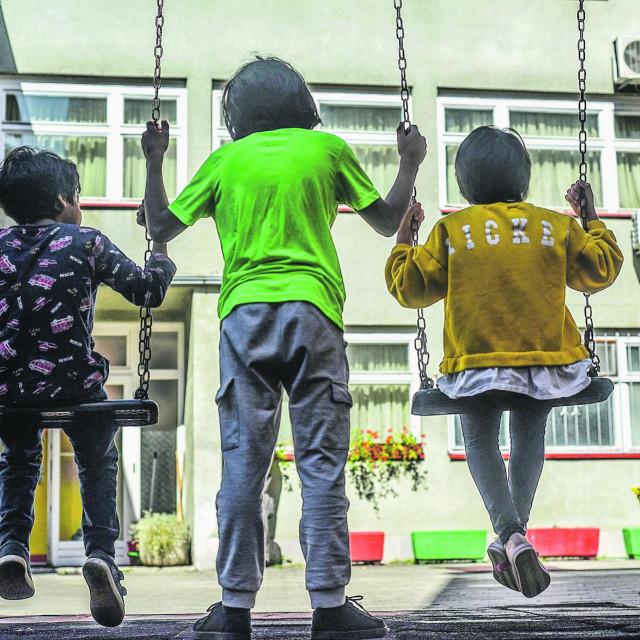 Djeca migranti na igralištu
