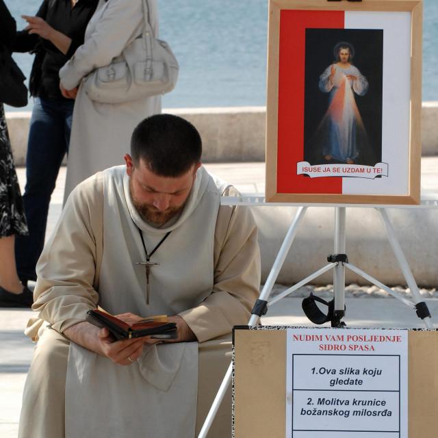 Jandro Dalić snimljen prije jedanaest godina kada je na splitskoj rivi dijelio blagoslove i oprost grijeha uz novčanu naknadu