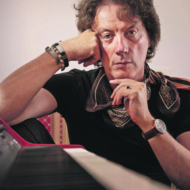 Tonči Huljić snimljen u glazbenom studiju u njegovom stanu