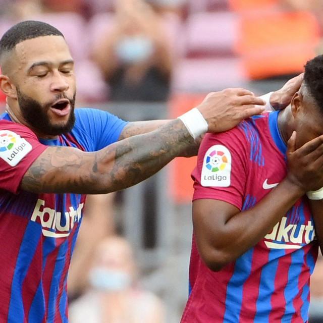 Ansu Fati slavi gol s Memphisom Depayom (lijevo)