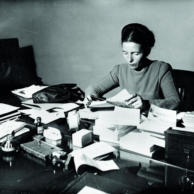Simone de Beauvoir (1908-1986) snimljena 1945. godine