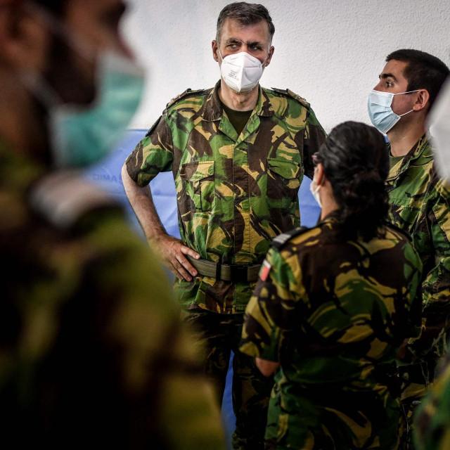 Henrique Gouveia e Melo razgovara s drugim članovima vojske u centru u Lisabonu