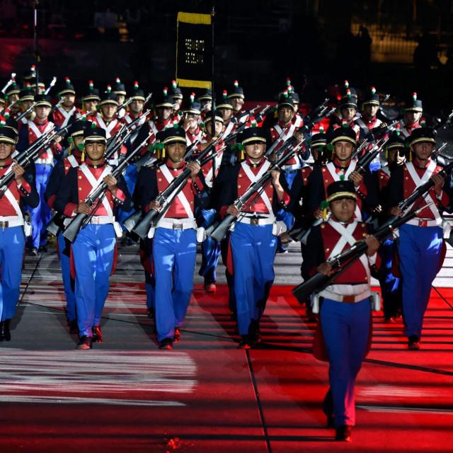 Glumci odjeveni u vojnike nastupaju tijekom 200. obljetnice neovisnosti Meksika