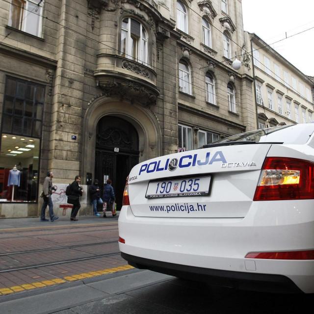 Ilustracija, policija pred Gradskim uredom za obrazovanje