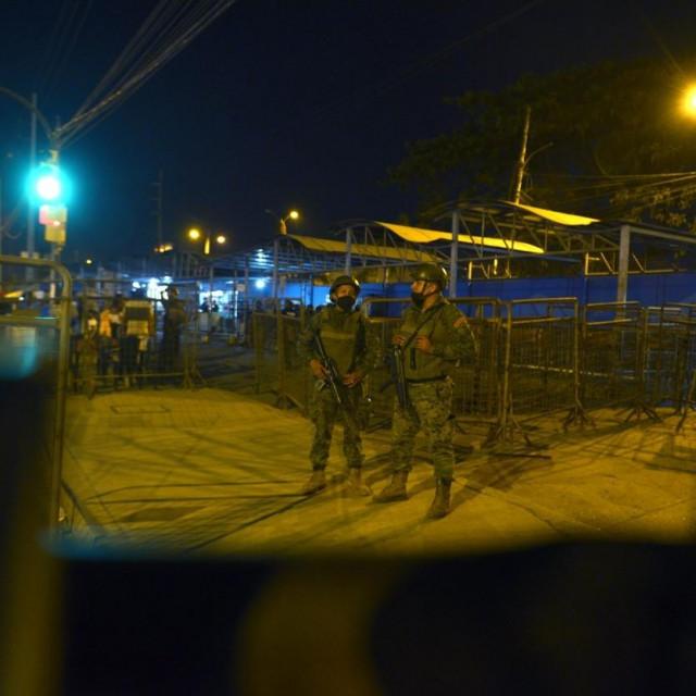 Policija ispred zatvora uGuayaquilu