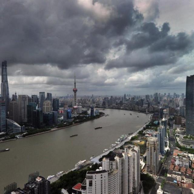 Ilustracija, tamni oblaci iznad Šangaja