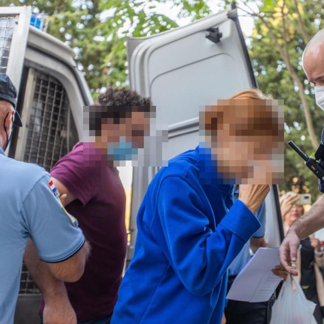 Roditeji osumnjičeni za smrt sina privedeni su na na sud u pratnji policijskih službenika