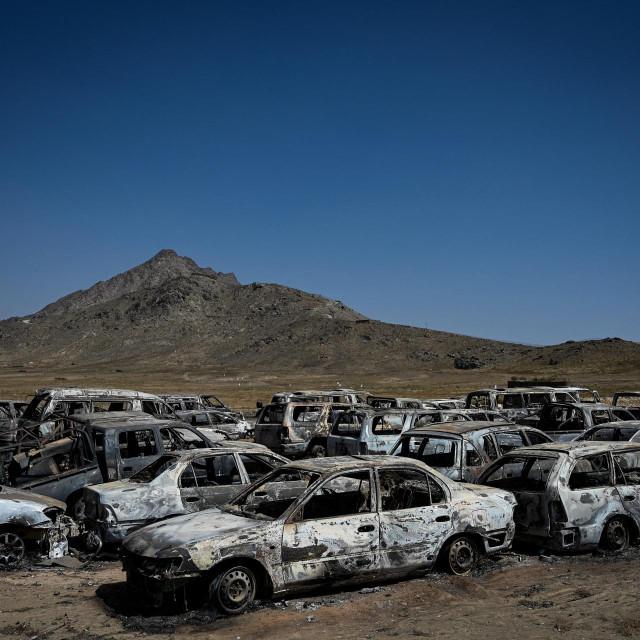 Oštećena i odbačena vozila parkirana u blizini uništene baze CIA-e