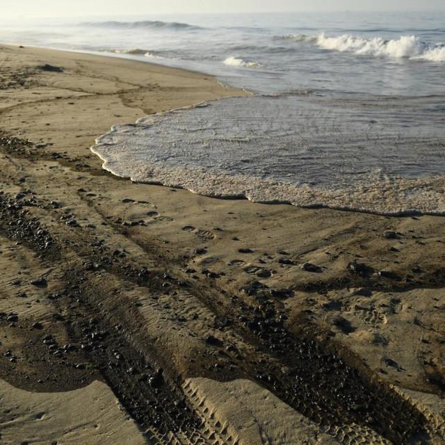 Velika naftna mrlja stigla je u nedjelju iz oceana uz obale Kalifornije do plaže u Huntington Beachu.