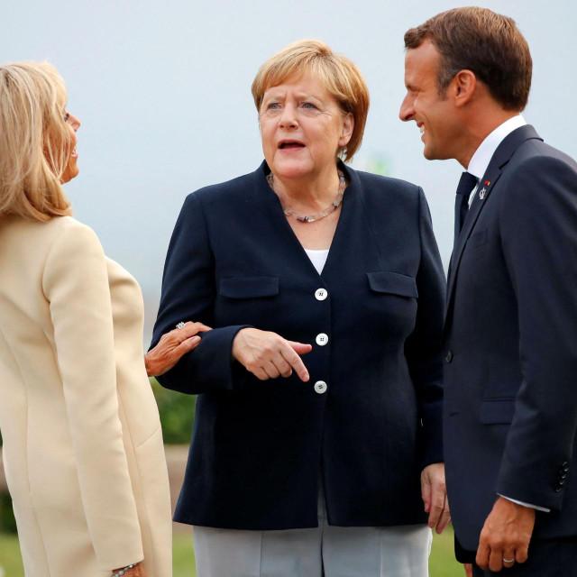 Njemačka kancelarka Angela Merkel u razgovoru s francuskim predsjednikom Emmanuelom Macronom i njegovom suprugom Brigettom<br /> Francois Mori/POOL/AFP