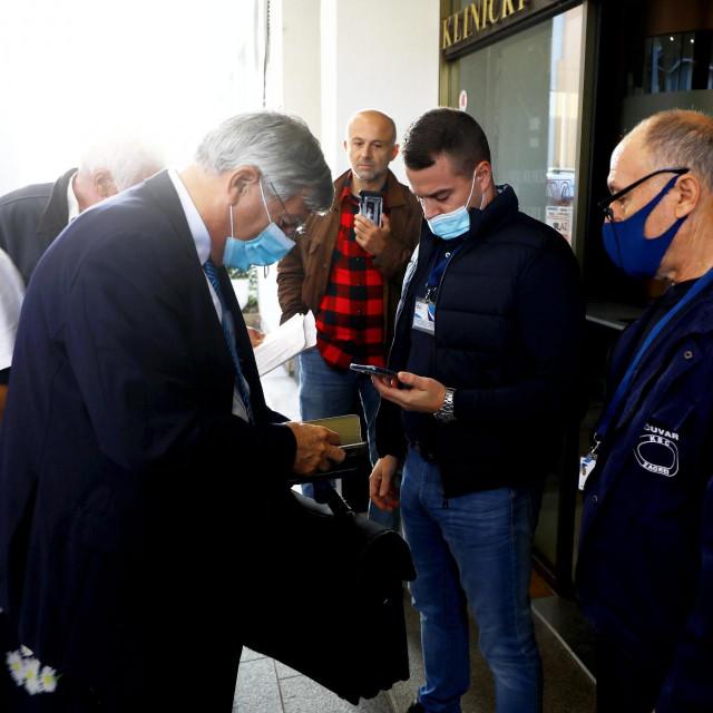 Obvezno pokazivanje covid potvrda na ulazu u bolnicu.<br /> Na fotografiji: Saborski zastupnik Željko Reiner ulazi u bolnicu.<br />
