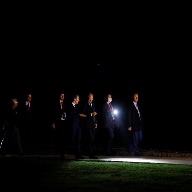 Emmanuel Macron i drugi sudionici summita