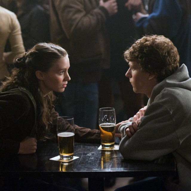 "Rooney Mara kao Erica Albright i Jesse Eisenberg kao Mark Zuckerberg u filmu Davida Finchera ""Društvena mreža"""