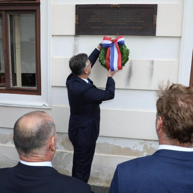 Predsjednik Vlade Andrej Plenković položio je lovorov vijenac na spomen ploču na zgradi Vlade RH, u povodu obilježavanja 30. obljetnice raketiranja Banskih dvora.<br />