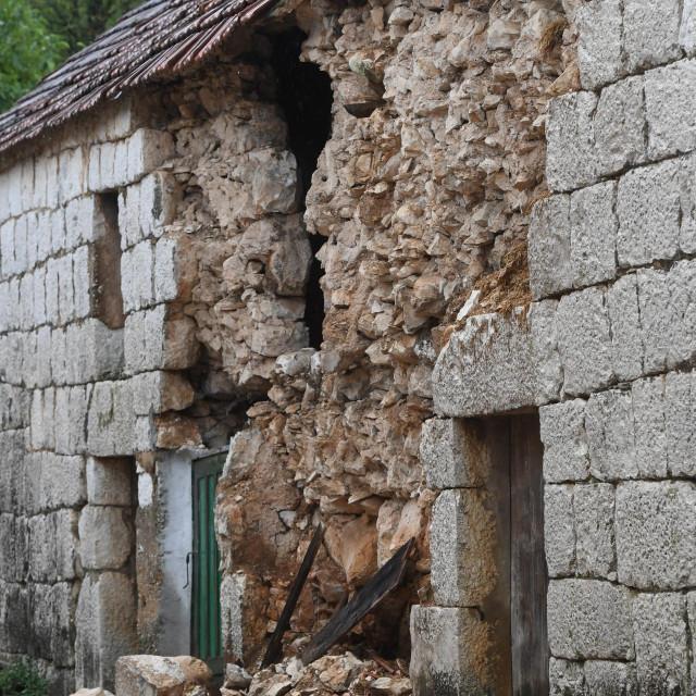 Dugopolje, 071021.<br /> Uslijed sinocnjeg potresa u zaseoku Punda sela Liska u opcini Dugopolje urusila se stara kamena stala vlasnice Senke Zitnik.<br />