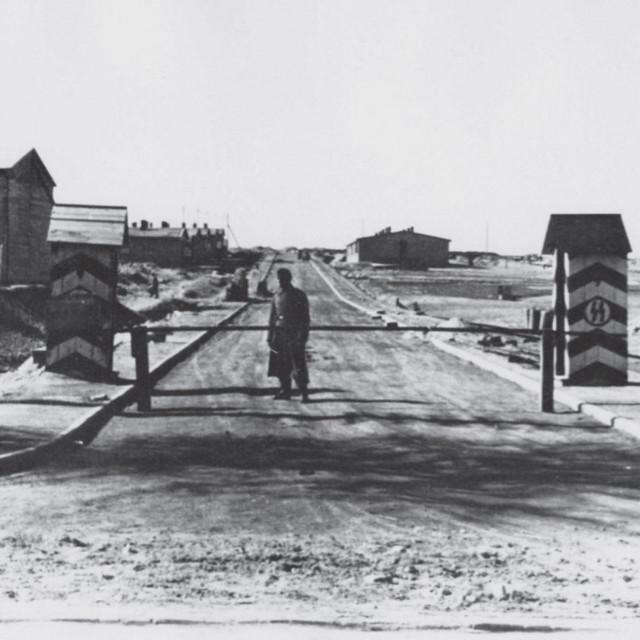 Brklja na ulazu u logor Majdanek 1943.