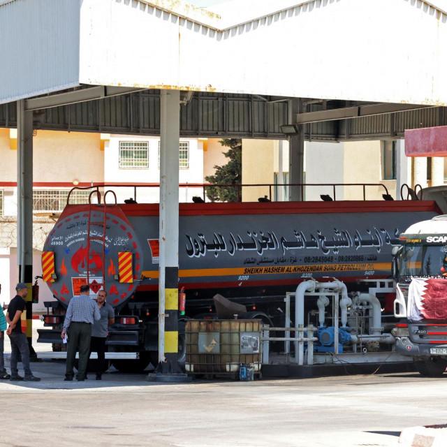 Kamion cisterna koji podiže katarske zastave za prijevoz goriva