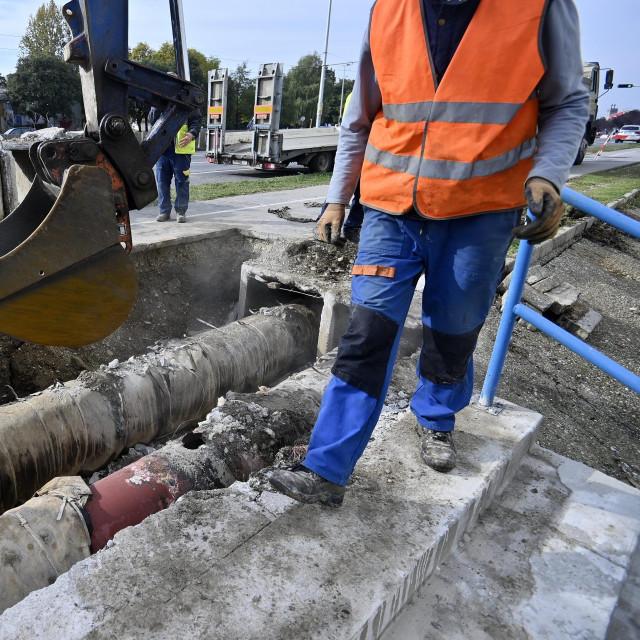 Radnici saniraju puknuće cijevi vrelovoda na Horvaćanskoj