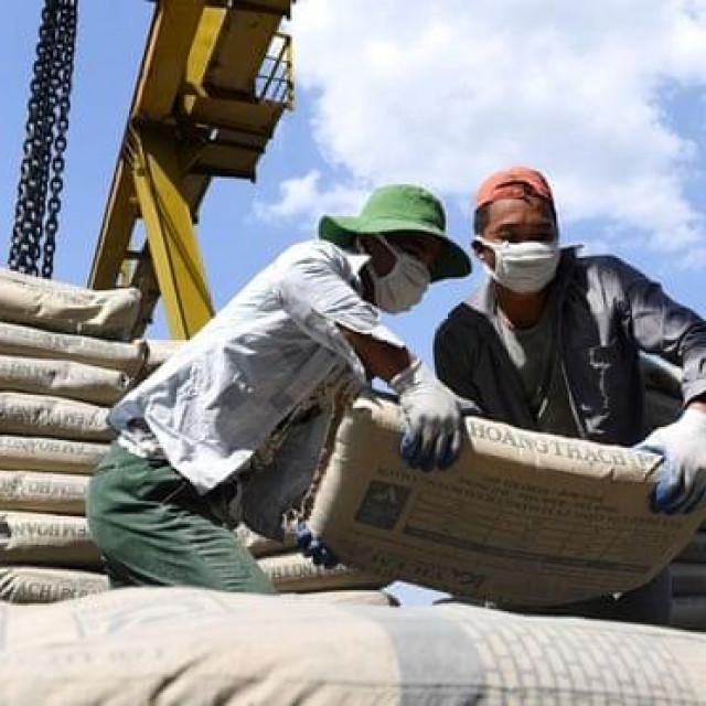 Istovar cementa u Vijetnamu