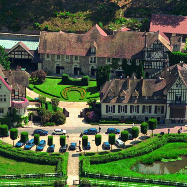 Velebno imanje JeanPaula Guerlaina, prema riječima njegove ljubavnice, zapušteno je - bez tople vode.